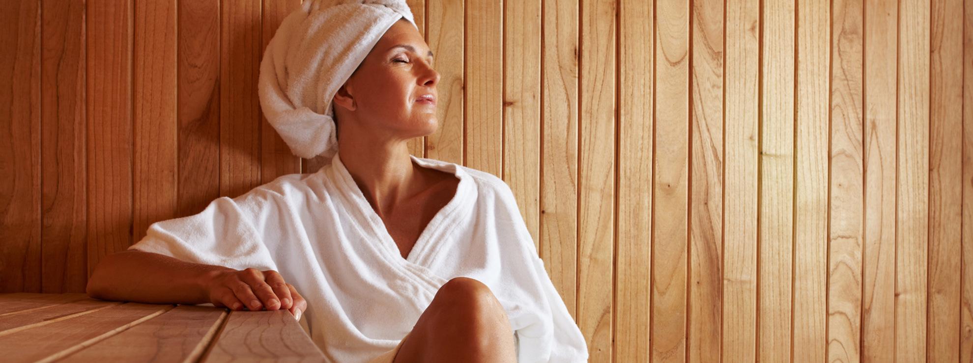 Vom Wellness Bereich blicken Sie direkt auf unsere sonnige Aussenterasse