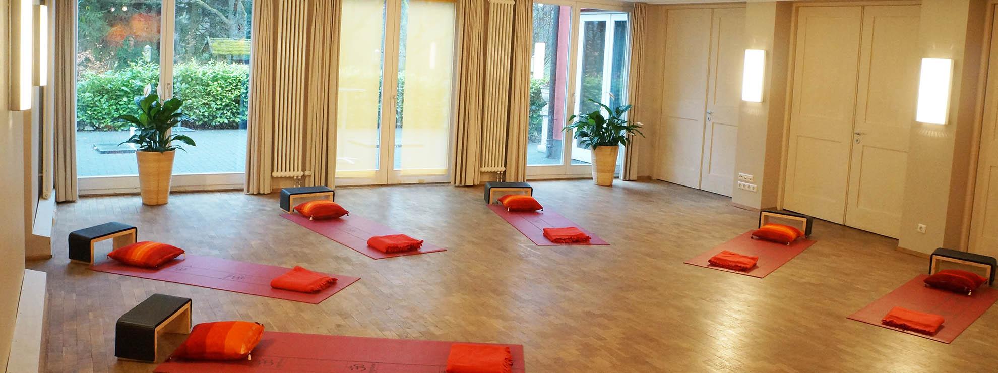 Heller Yoga-Raum mit viel Platz auch für größere Gruppem