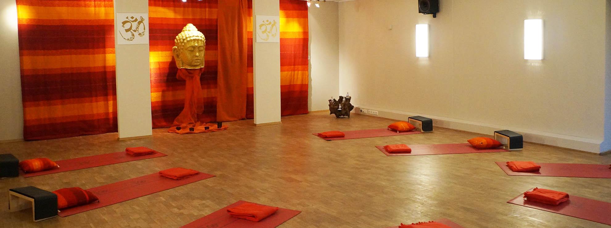 Yoga Raum mit kompletter Ausstattung für ihr Yoga Retreat